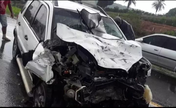 Duas pessoas morrem em colisão entre dois veículos na BR-101 próximo a S. A. de Jesus