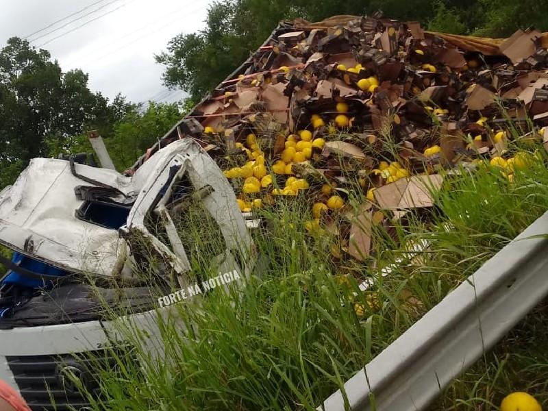 Caminhão carregado de melão capota na BA-120; motorista de Cruz das Almas fica ferido