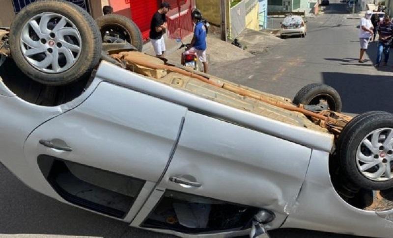 Carro capota na ladeira da Ursicino Pinto de Queiroz, em Santo Antônio de Jesus