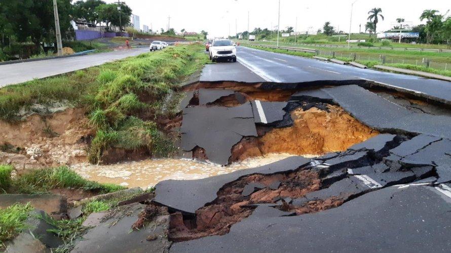 Chuva abre buraco em trecho da pista da BR-324 em Candeias; PRF interdita via
