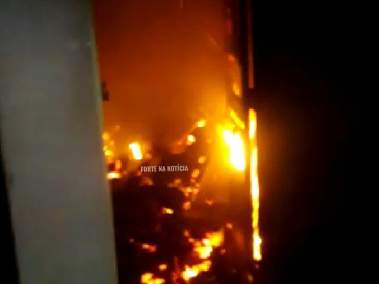 Incêndio atinge residência no bairro da Tabela, em Cruz das Almas