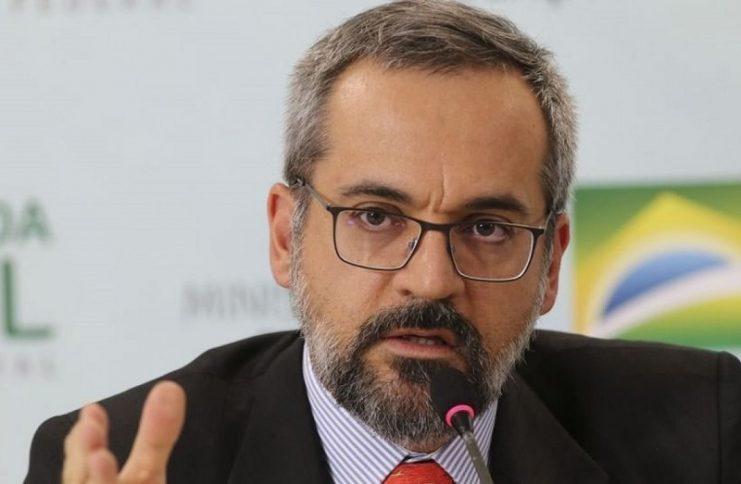 Ministro da Educação promete que universidades que mantêm atividades serão premiadas