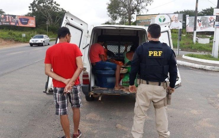 Motorista de furgão é flagrado realizando transporte irregular de passageiros em Cruz das Almas