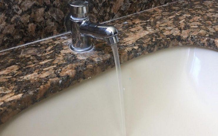 Projeto de lei que isenta famílias do cadastro social a pagar conta de água por 3 meses é sancionado pelo governador