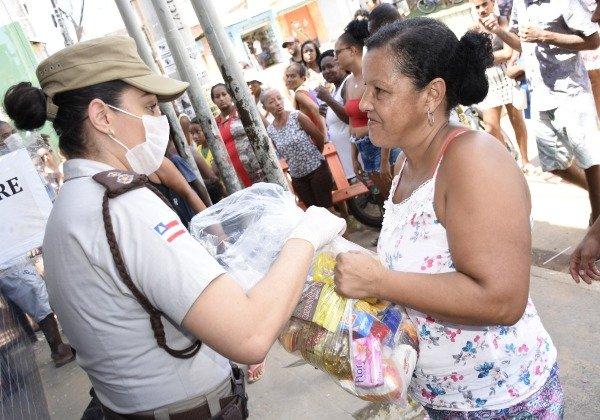 PM-BA e parceiros doam meia tonelada de alimentos a 600 famílias