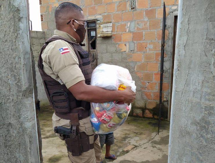 Famílias de Muritiba recebem alimentos doados por PMs