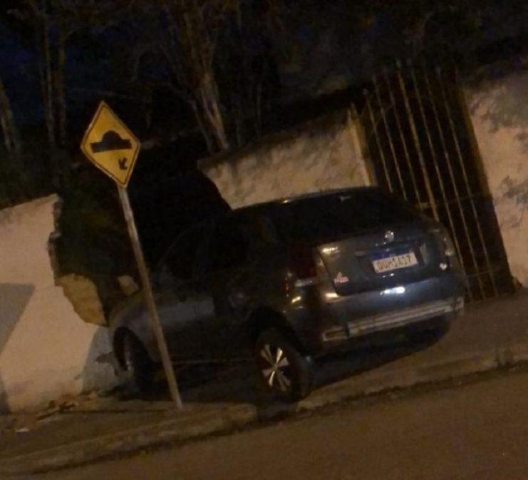 Motorista perde o controle da direção e colide carro em muro de residência no Andaiá em S. A. de Jesus