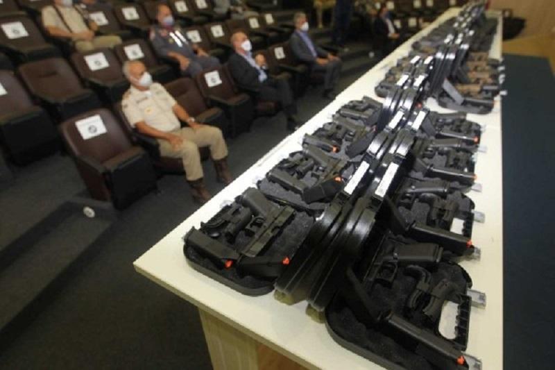 PMs, bombeiros e agentes civis recebem 10 mil pistolas austríacas