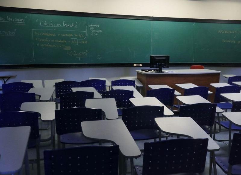 Volta às aulas pode aumentar mortalidade de crianças por Covid-19, diz epidemiologista