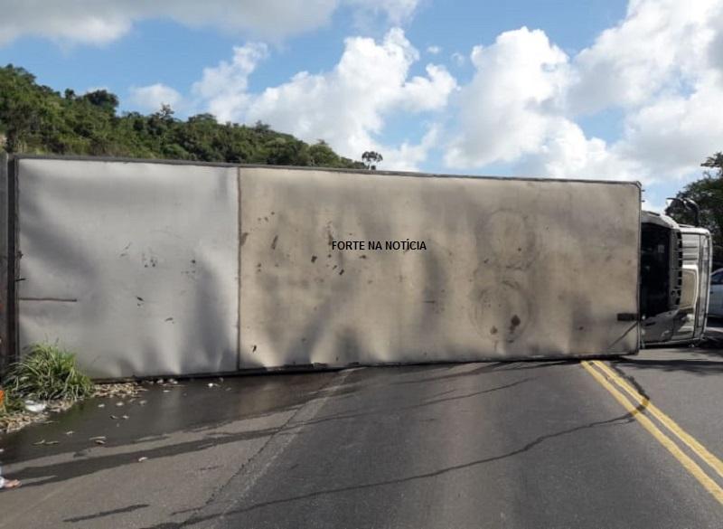 Caminhão frigorífico tomba e carga é saqueada na BR-101, em Muritiba