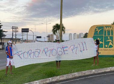 Torcedores do Bahia protestam com faixas contra Roger nos arredores de Pituaçu