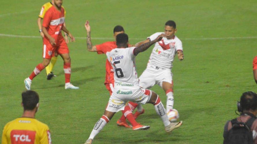 Vitória reage no fim e empata por 2 a 2 com o CRB no Rei Pelé