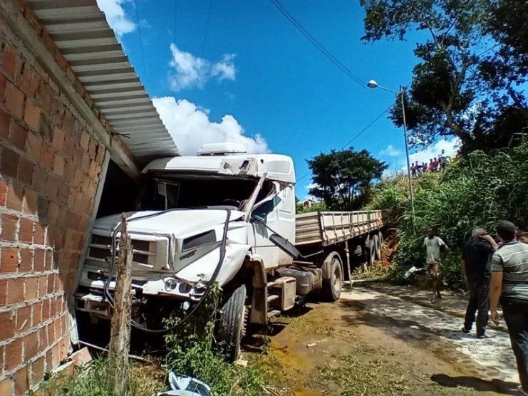 Santo Antônio de Jesus: caminhão sai de pista, desce barranco e atinge casa em rodovia