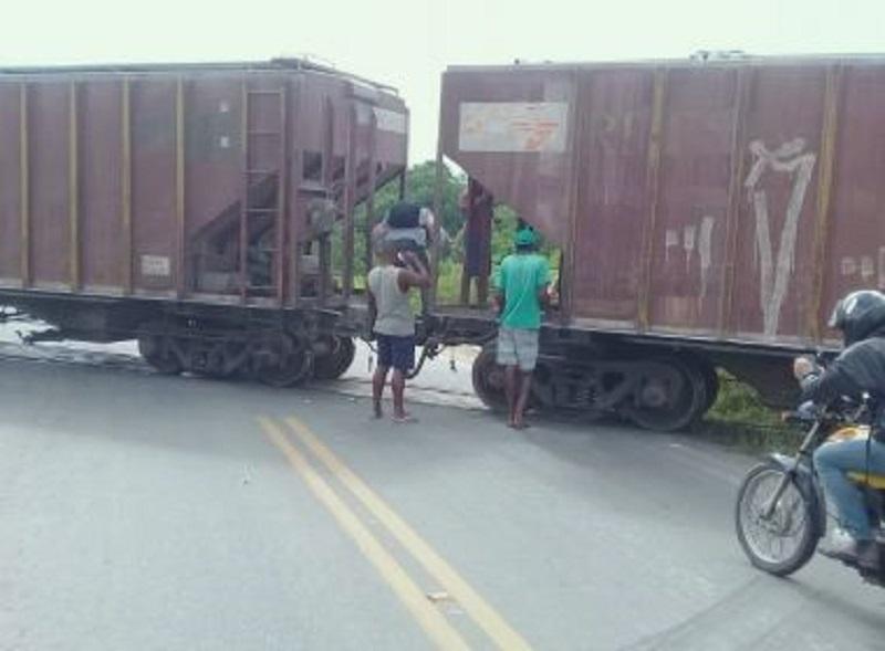 Trem descarrilha e bloqueia trecho de pista na BA-120, trecho que liga Castro Alves e Sapeaçu