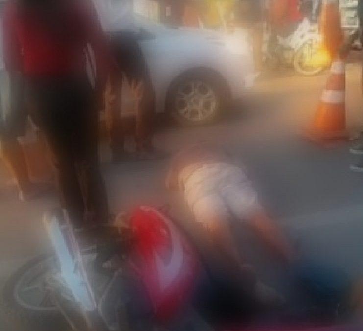 Vendedor de rifa fica ferido após acidente com moto no centro de Cruz das Almas