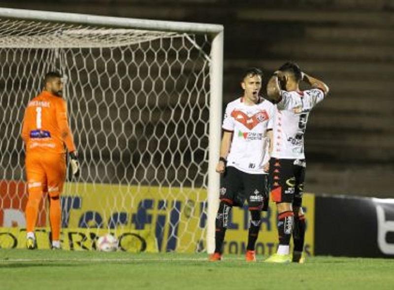 Leão goleia o Paraná e conquista primeira vitória fora de casa