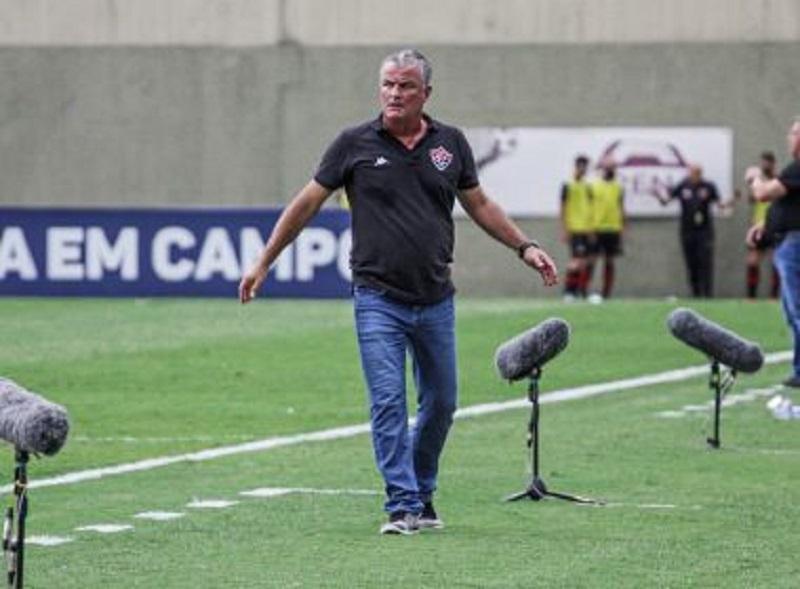 Vitória demite técnico Mazola Júnior depois de derrota para o CSA