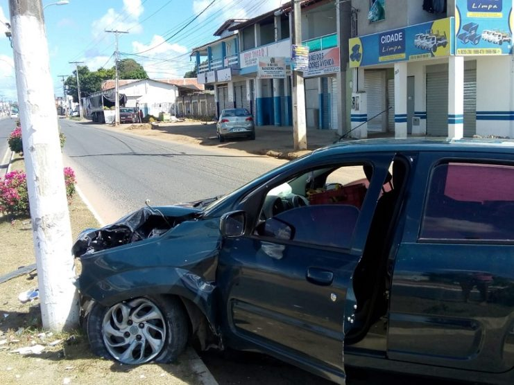 Motorista bate em poste de iluminação pública na Av. Getúlio Vargas, em Cruz das Almas
