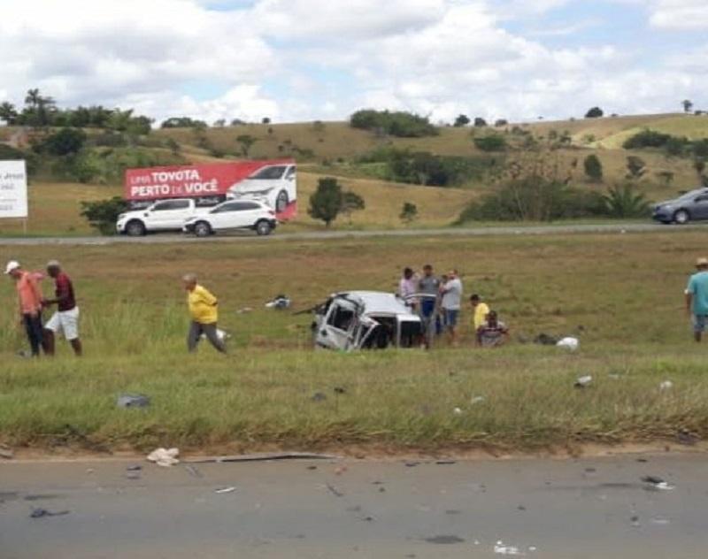 Colisão entre carro e carreta deixa uma pessoa morta e outras feridas na BR-101, em SAJ