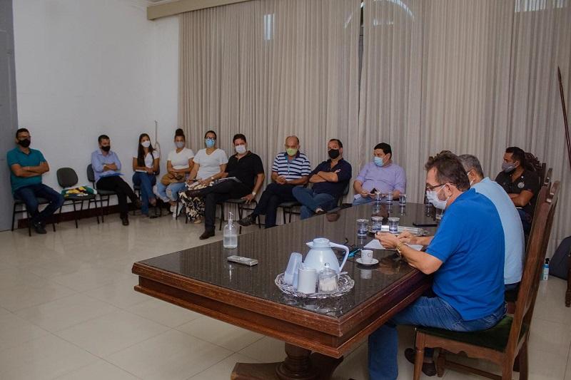 Ednaldo Ribeiro e André Eloy participam de reunião de avaliação com os secretários