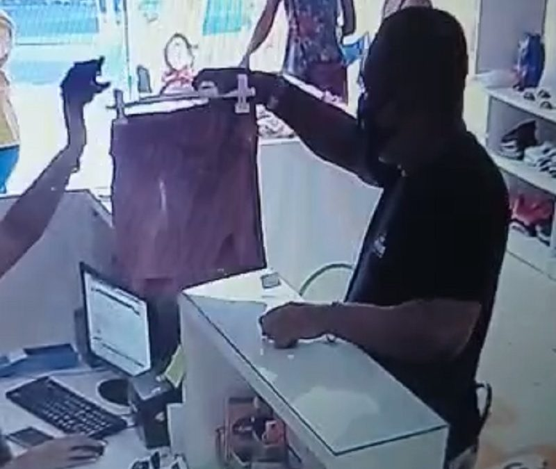 Cruz das Almas: homem furta celular em loja de confecções